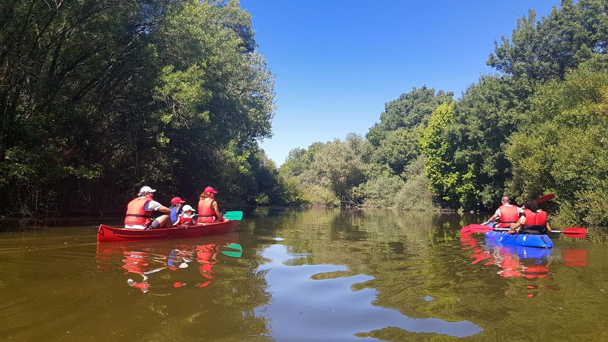 Gente montando en canoa por el río