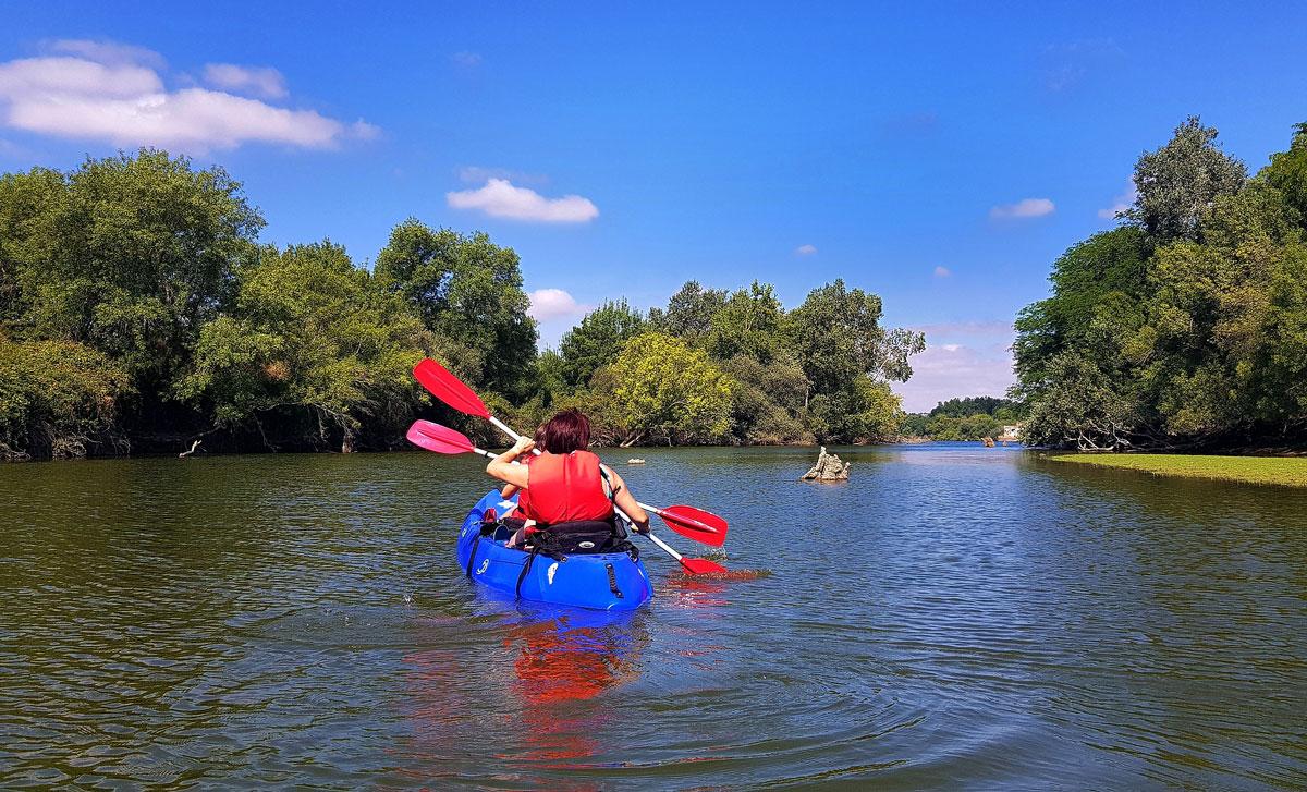 Mujeres montando en canoa por el río