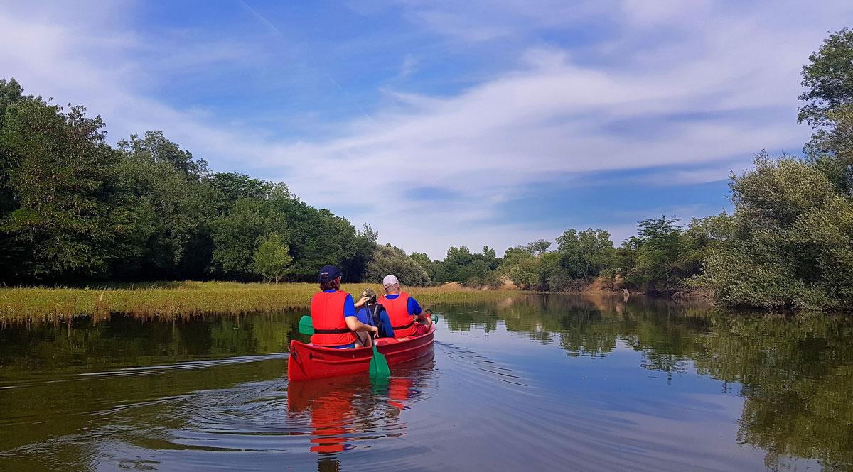 Pareja montando en canoa por el río