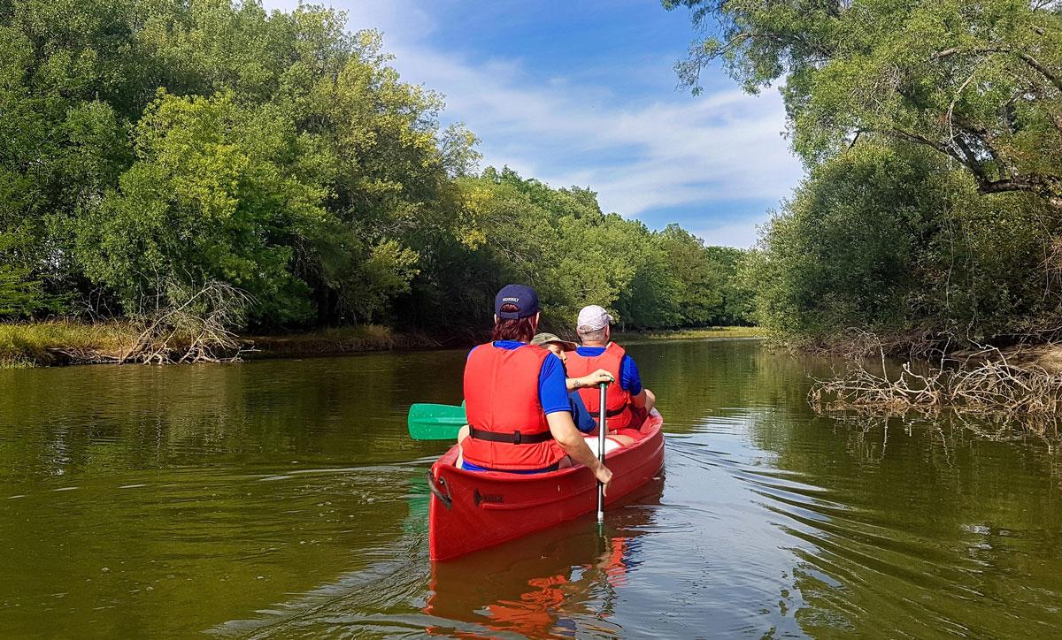 Gente montando en canoas por el río