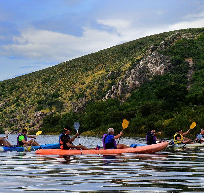 Gente montando en canoa por la Portilla