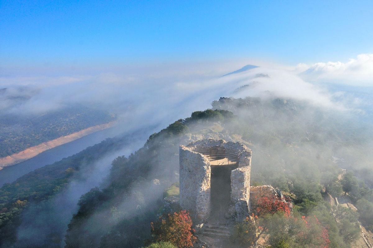 Vistas Castillo Monfragüe con niebla
