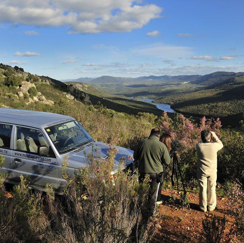 Turistas observando el Valle con prismáticos